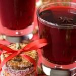 hete glühwein voor Kerstmis, koekjes, specerijen — Stockfoto