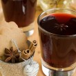 Foto Stock: Mulled wine for Christmas, cinnamon, cloves and biscuits