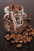 Ziarna kawy w szklance jar — Zdjęcie stockowe