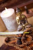Estatua de buda, incienso, velas y rudraksha — Foto de Stock