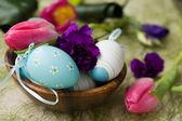 Velikonoční vejce, karafiáty a tulipány — Stock fotografie