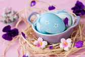 Easter eggs in a bowl, decorated with colorful flowers — Stock Photo