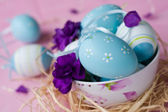 Ostereier dekoriert mit nelken — Stockfoto