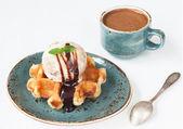 Dondurma ve tatlı waffle ile kahve — Stok fotoğraf