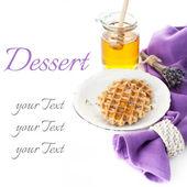 Waffles belgas con miel de lavanda y un tarro de miel — Foto de Stock