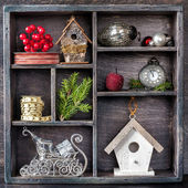 Christmas decorations set: antique clocks, birdhouse, Santa's sleigh and Christmas toys in an old wooden box — Foto de Stock