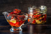 Sun-dried tomatoes with garlic — Stock fotografie