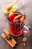 Hot wine with honey and spices — Stock Photo