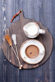Koffie met melk op een bord — Stockfoto