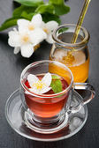 Herbal tea with mint, jasmine flowers and honey. The concept of health. — Stock Photo