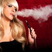 Mujer fuma una cachimba — Foto de Stock