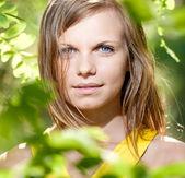 Garota linda em um vestido amarelo sobre a natureza — Fotografia Stock