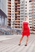привлекательные очаровательная девушка в красном платье с белым поясом — Стоковое фото