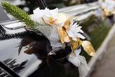 Porta di auto matrimonio nero con fiori e fiocco bianco — Foto Stock