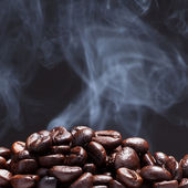 Kaffeebohne mit rauch — Stockfoto