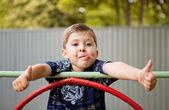 Sexy aantrekkelijke brunette vrouwgelukkig schattige jonge jongen glimlachen op de speelplaats — Stockfoto
