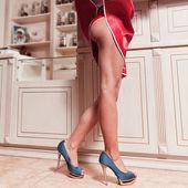 Gambe bella donna in abito rosso con scarpe tacco alto blu — Foto Stock