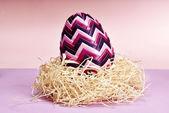 Paskalya yumurtası saman içinde — Stok fotoğraf