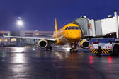 The plane on airport parking at night — Foto de Stock