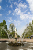 PETERHOF, RUSSIA-MAY 19: The fountain in park of Petrodvorets — Stock Photo