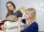 两个女孩读一本书 — 图库照片