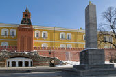 Middle Arsenalnaya Tower of the Kremlin and Ancient-Style grotto in the Alexander Garden in Moscow. — Stock Photo