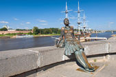 Tired Girl-tourist monument in Veliky Novgorod — Stock Photo