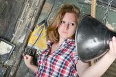 年轻美丽的女孩解决电力问题 — 图库照片
