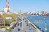 Traffic flow freely on Berezhkovskaya Embankment of Moscow River — Stock Photo