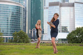 Two young woman resting near skyscrapers — Stockfoto