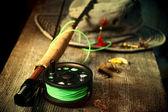 Flugfiske utrustning med gamla hatt på bänk — Stockfoto