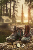 Hiking boots with compass at campsite — Zdjęcie stockowe