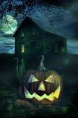 万圣节南瓜幽灵般的房子前面 — 图库照片