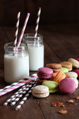 Macaroons with jar glasses and straws — Stock Photo