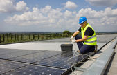 Engineer testing solar panels — Stockfoto