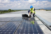 Engineer testing solar panels — Foto Stock