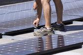 工人设置太阳能光电板 — 图库照片