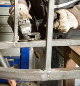 Homem que trabalha com aço — Fotografia Stock