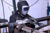 Hombre trabajando con acero — Foto de Stock