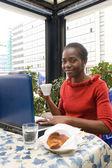 Woman having breakfast in cafe — Stockfoto