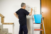 House painter painting wall — Stockfoto