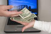 Pracodawca płaci wynagrodzenie pracownikowi — Zdjęcie stockowe