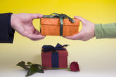 Man gives woman gift — Stock Photo