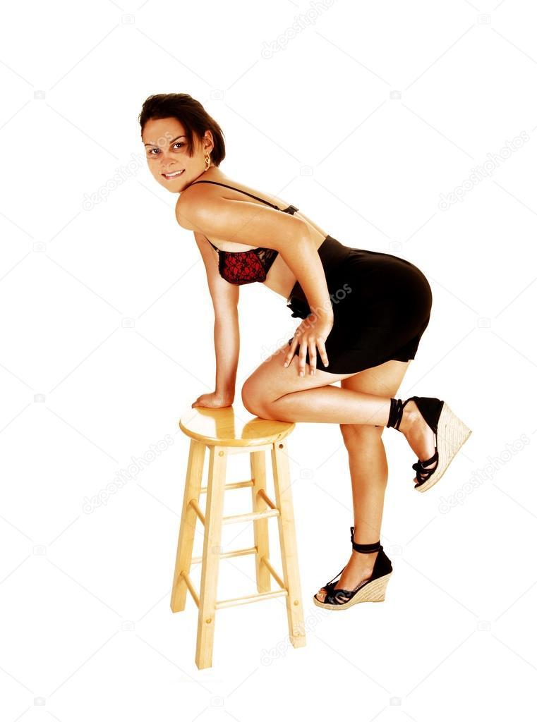 跪在椅子上的女孩