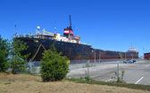 Groot vrachtschip in haven. — Stockfoto