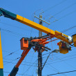 Lift trucks on power lines. - 图库照片