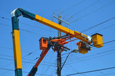 Lift trucks on power lines. — 图库照片