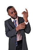 Zwarte man kijken naar zijn arm. — Stockfoto