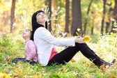 Mooie jonge moeder en haar dochter opzoeken in het najaar — Stockfoto
