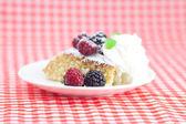 Bolo com glacê, icecream, framboesa, blackberry e hortelã em um pl — Foto Stock